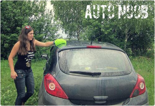 Девушка моет автомобиль.